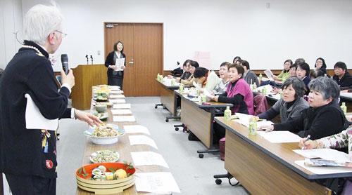 川島さんと女性部員が出品料理について意見を交わす(西彼杵郡時津町)
