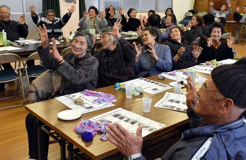 頭の体操に笑顔を見せる参加者(五島市久賀町)