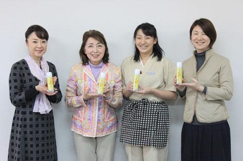 商品開発に関わった女将の会メンバーと商品(郷ノ浦町)