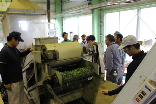 生産者や県担当者、JA職員らが1釜ずつ調整して製造した